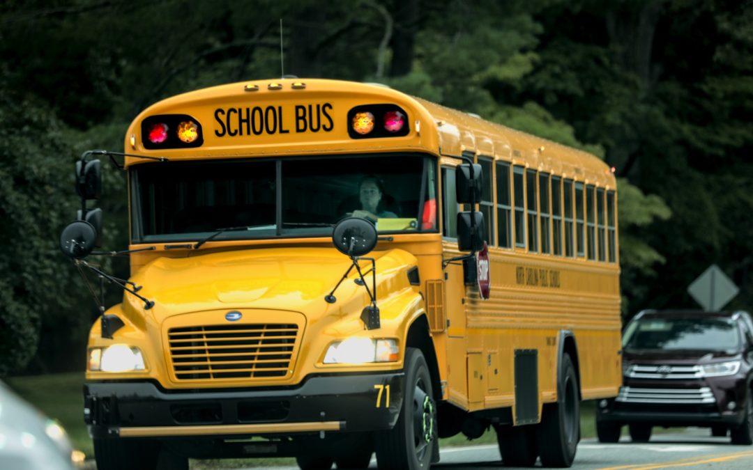 Vehículo de la Patrulla Fronteriza choca contra el autobús escolar